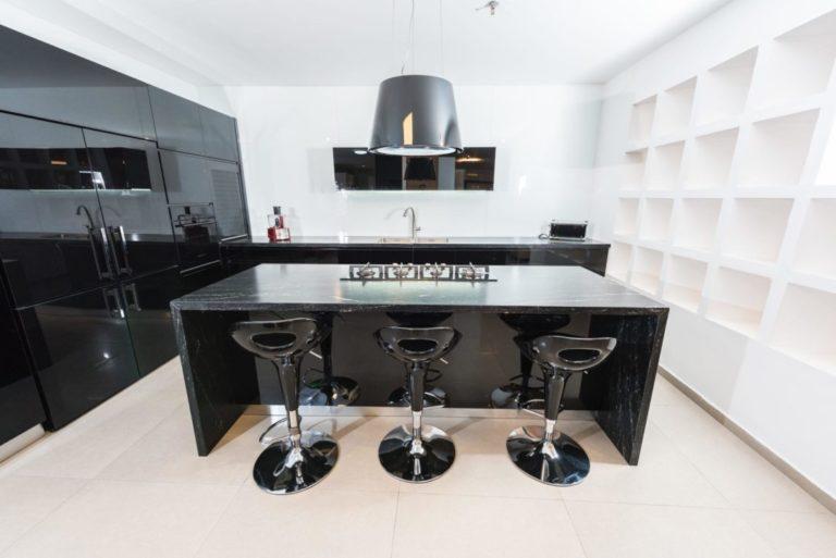 מטבח זכוכית שחור קליר