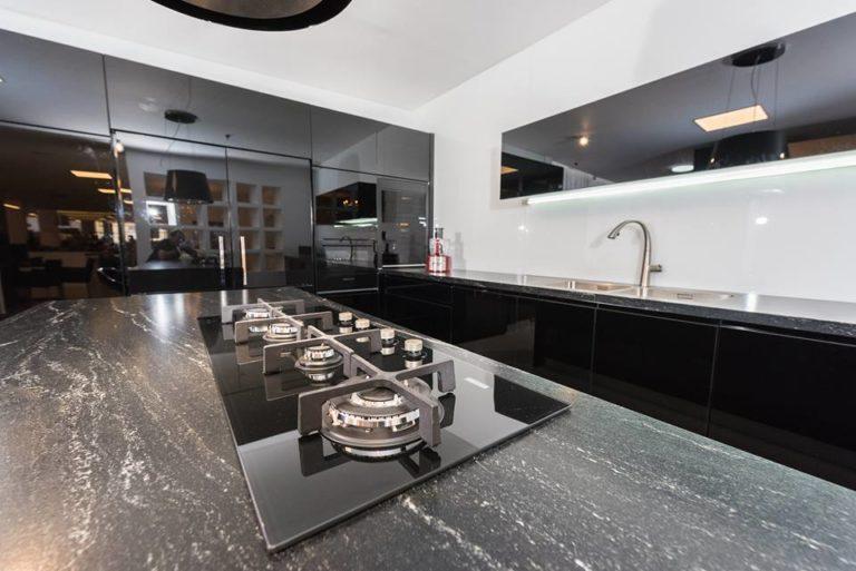 מטבח זכוכית פחם שחור