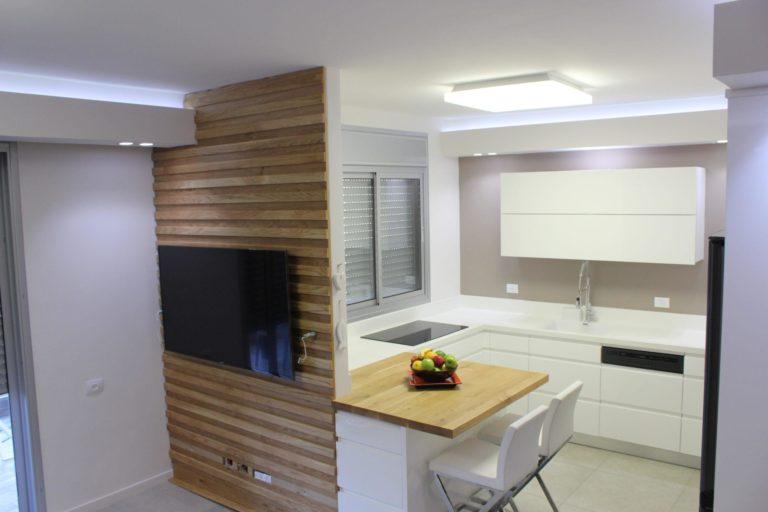 מטבח כפרי מודרני לבן עם עץ