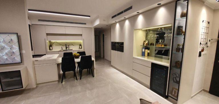 מטבח מודרני לבן עם אי בשילוב בר
