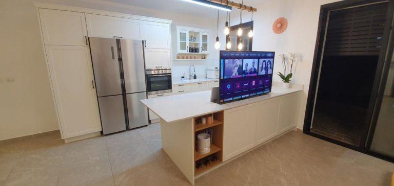 מטבח כפרי עם טלוויזיה